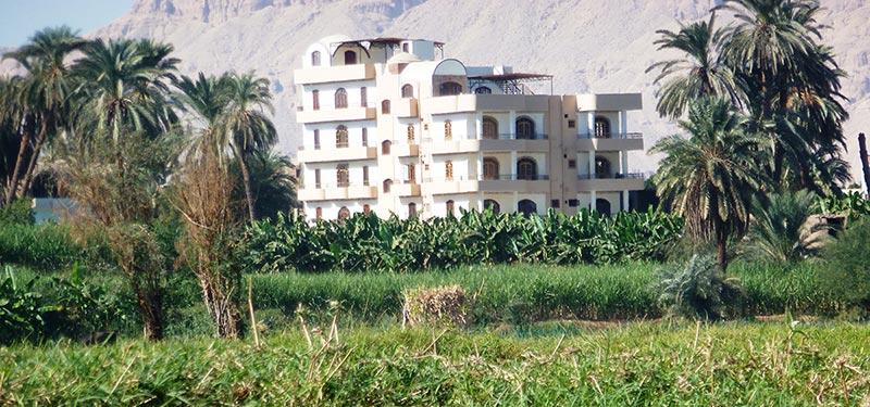 Dream Island tilbyder hotelværelser og – lejligheder på Luxor West Bank tæt på Luxor by. Hotellet er omgivet af marker, bananer og daddelpalmer med formidabel udsigt til Nilen og Luxor by.
